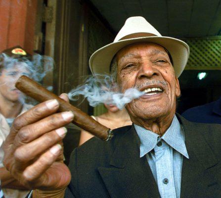 Cubano-feliz-fumando-puros